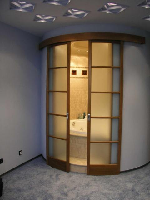 В основном, при выборе раздвижной двери, требования предъявляются к качеству материала, из которого она выполнена
