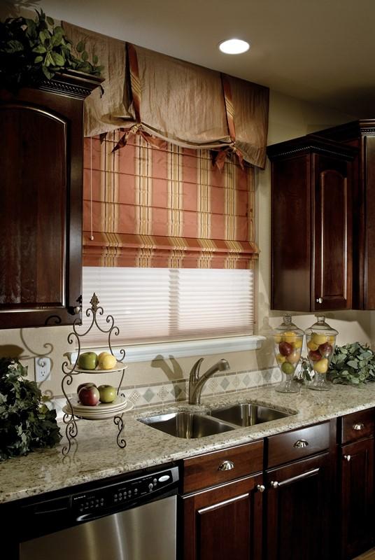 Большинство специалистов рекомендует выбирать шторы на кухню спокойных и некислотных тонов