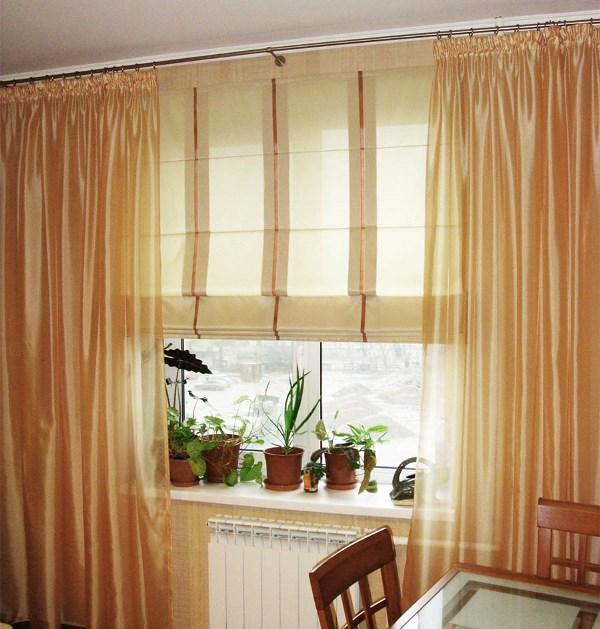 Римские шторы прекрасно комбинируются с декоративными занавесками