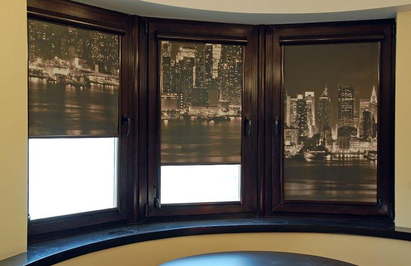 Готовые рулонные шторы очень хорошо меняют интерьер