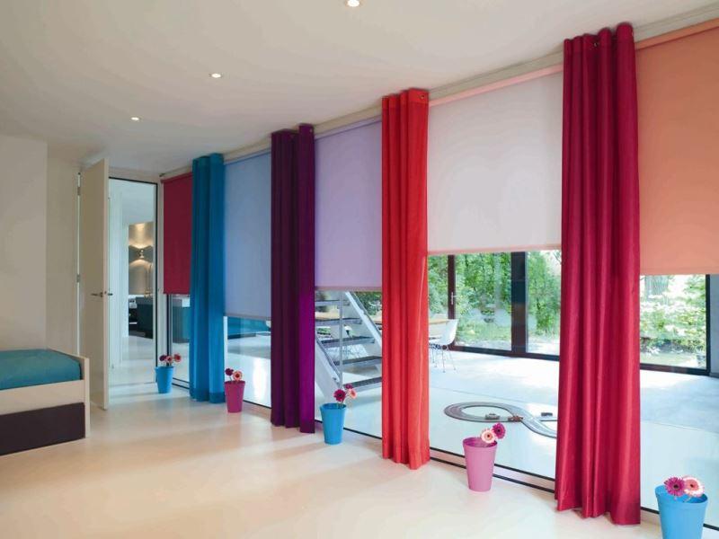 Выбирать такие шторы нужно за их многофункциональность. Рулонный вариант декора окна можно сочетать с другими моделями штор