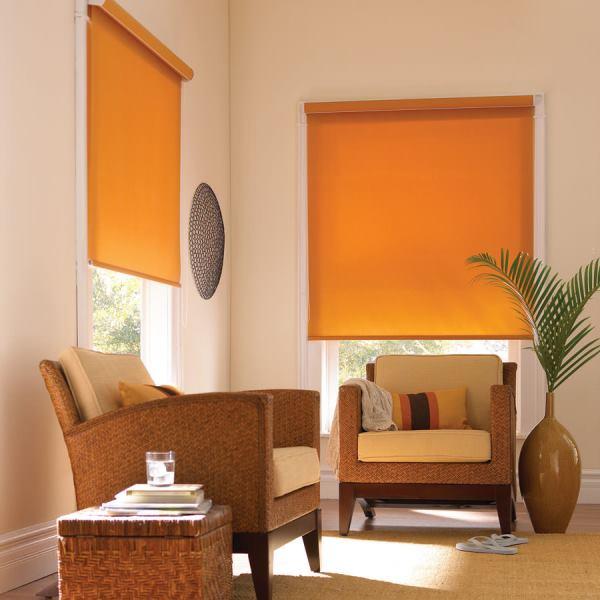 Использование рулонных штор дает возможность полностью обеспечить защиту комнаты от солнечных лучей