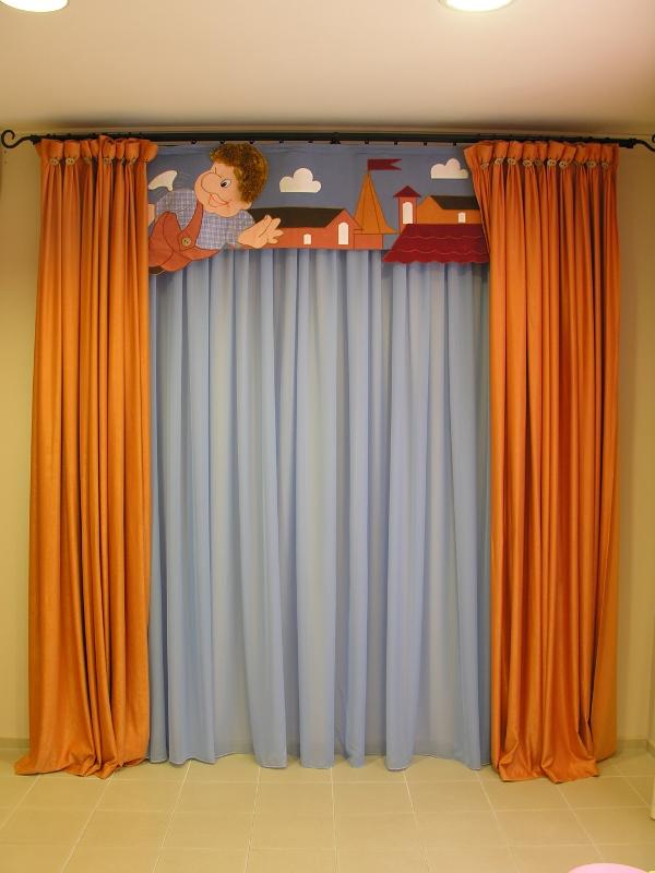 Шторы для мальчика детсадовского возраста с изображением героев любимых мультфильмов хорошо впишутся в комнату