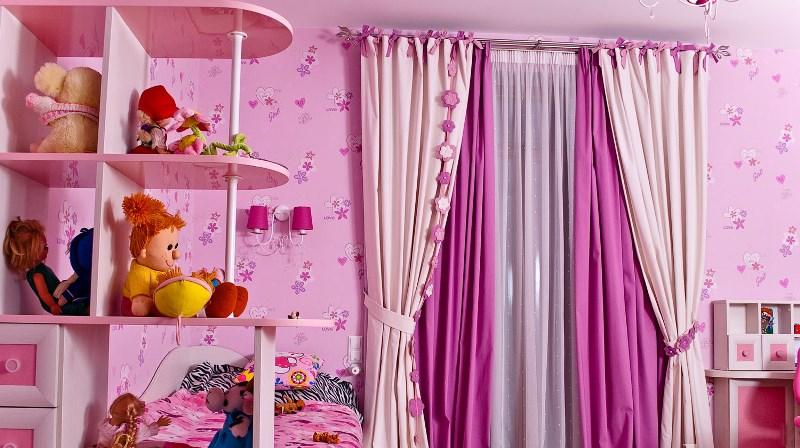 Шторы в детскую комнату выбираются преимущественно нежно-розовых, коралловых и белых оттенков, которые можно сочетать друг с другом