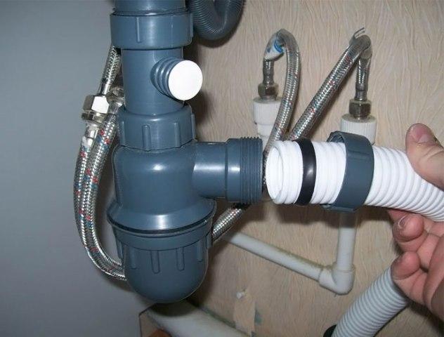 К типовым сливным отверстиям легко подбирается подходящий сифон, однако при нестандартной системе положения труб сифон продается в комплекте