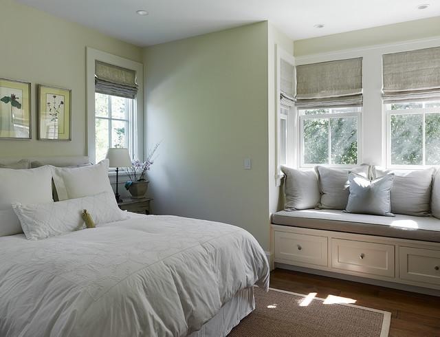 Немаловажное значение имеет освещаемость спальни. Если комната расположена на юго-востоке, желательно навешивать плотные шторы