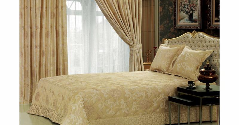 Большое значение имеет и фактурный подбор занавесок для спальни. Если в помещении преобладает текстиль или лен, занавески на окна должны быть из того же материала