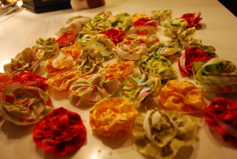Можно заранее продумать дизайн кроны и приобрести необходимые искусственные цветы из ткани или прочих синтетических материалов