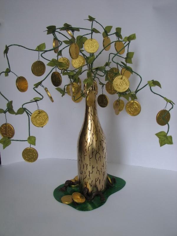 Такое деревце может создать красивый золотой акцент в интерьере, который будет радовать глаз