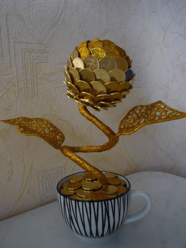 Монеты прикладывают друг возле друга, накладывая один шар на другой (фото 3)