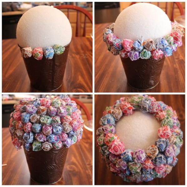 Можно закреплять сладость в хаотичном порядке или соорудить маленькие цветочки (фото 4)