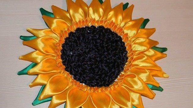 Ленту черного цвета необходимо вырезать в форме круга, по периметру которого нужно приклеить лепестки (фото 2)