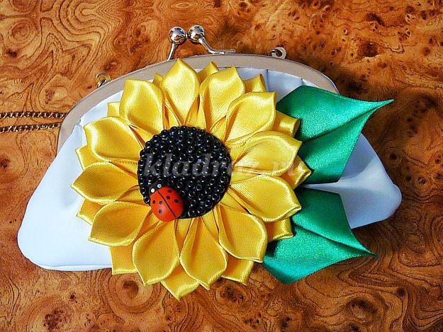 Помимо атласных лент можно использовать бусины, которыми украшается цветок (фото 3)