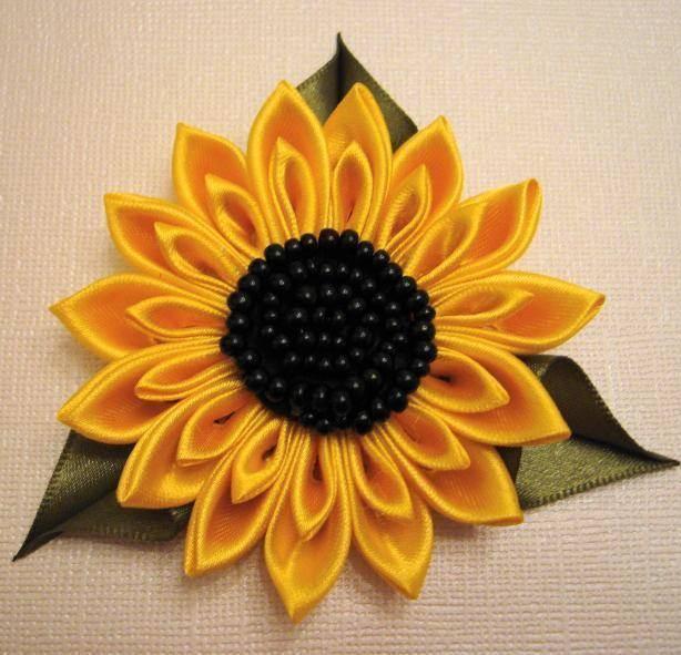 Для создания как розы, так и подсолнуха потребуются ленты шириной примерно 2,5 см.