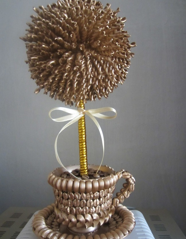 Создать топиарий из макарон своими руками несложно, это отличный способ отвлечься от обыденной суеты, сделать приятное и полезное дело