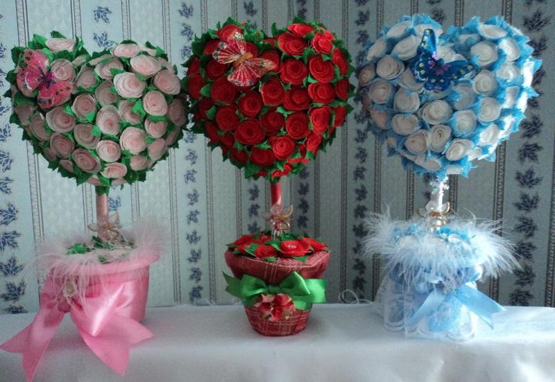 Легче всего создать украшение из салфеток, бумаги или сизалевого волокна
