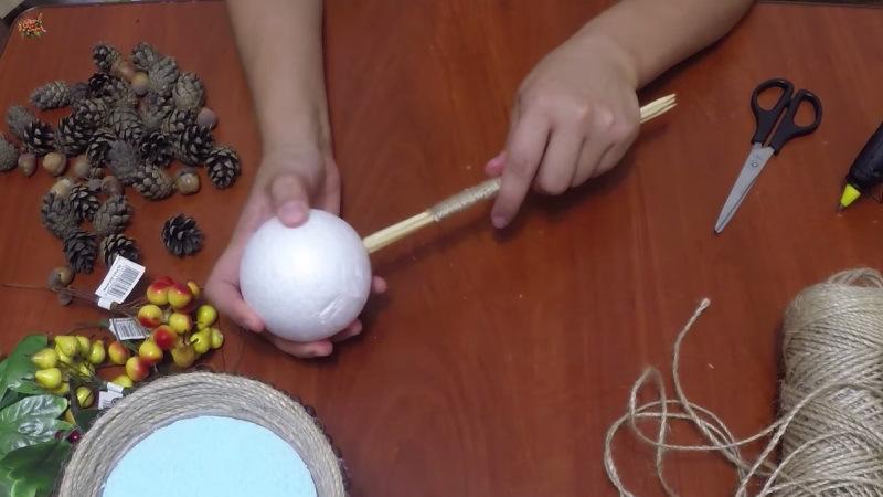 Для основы можно купить пенопластовый шар в магазине