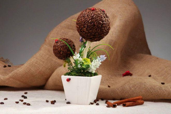 Размеры топиария могут быть довольно внушительными, а можно сделать мини топиарий из зерен кофе или фигурной лапши