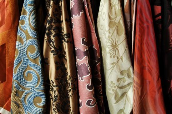 Ткани для штор разнообразны. Каждый вид материала имеет свои достоинства и отличительные черты