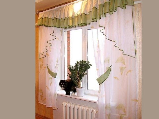 Для кухонного помещения в классическом стиле, а также в стиле прованс и кантри обычно используют привычную прозрачную тюль с цветочным орнаментом