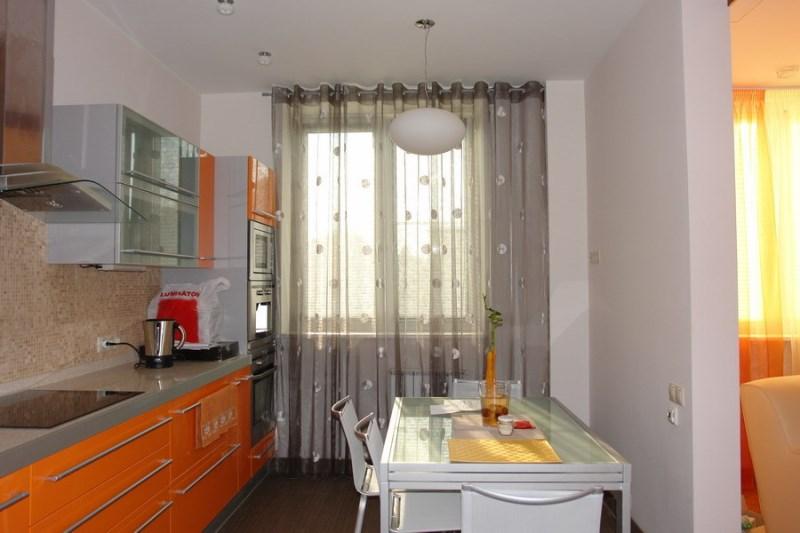 Для дизайна кухни выбирают разные виды штор и занавесей, они отличаются плотностью ткани, степенью легкости и прозрачности, длиной и цветовыми решениями