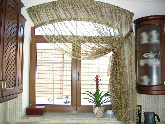 Что касается длины оконного декора, большинство сходится к единому решению: на кухне использовать длинные шторы и тюль неудобно и не практично