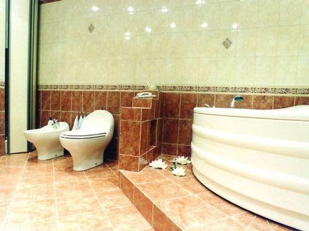 Кафель в ванной должен быть качественным, также важно правильно его уложить