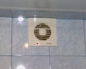 Обеспечить необходимую циркуляцию воздуха в ванной комнате, в большинстве случаев, можно только принудительно
