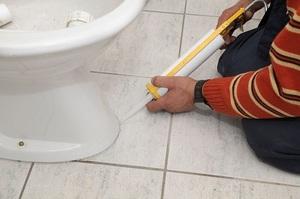 Использование герметика в санузле - фото проведения ремонта