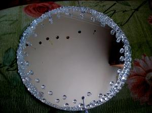 Декорирование зеркала стеклянными камешками своими руками