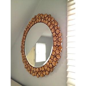 Декорирование зеркала в ванной спилами дерева